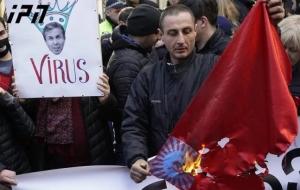 ლაშა ჩხარტიშვილმა  პარლამენტთან  საბჭოთა კავშირი დროშა დაწვა, იმის ნიშნად რომ ივანიშვილის მცდელობა დააბრუნოს საქართველო რუსეთის იმპერიაში, განუხორციელებელია